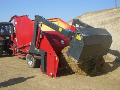 Vertical feed mixer with own cutting device.