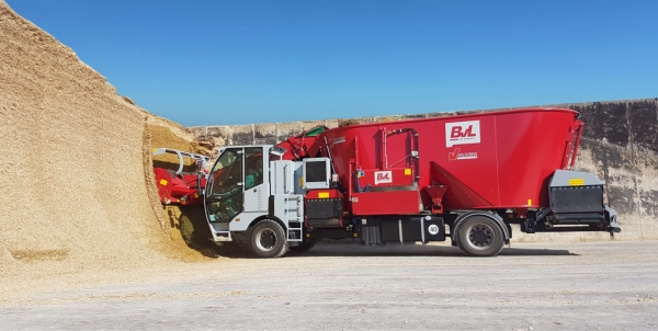 Start of the self-propelled mixer wagon with the V-MIX Maximus Plus 2S with two mixing augers.